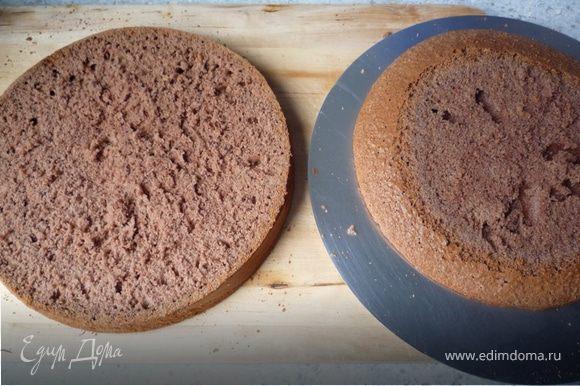 Разрезать бисквит на 3 части (коржа).