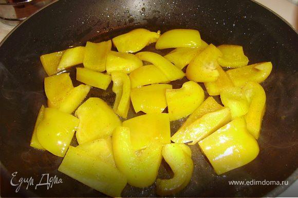 На сковороде разогреть половину свинного жира и обжарить горький и сладкий перчики до полуготовности...