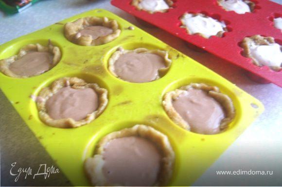 Разделим начинку на 2 части, во вторую половину добавим какао и кофе, чтобы оттенить вкус шоколада. Выложить начинку в корзинки.