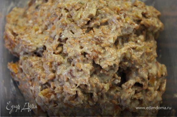 Затем приступем к приготовлению пирожных. Пшеницу необходимо пропустить через мясорубку раза 2,чтобы она стала однородной массой и зерно практически полностью раздробилось. На втором прокручивании сделать это вместе с сухофруктами и бананом. Добавить в конце масло и хорошо вымешать.