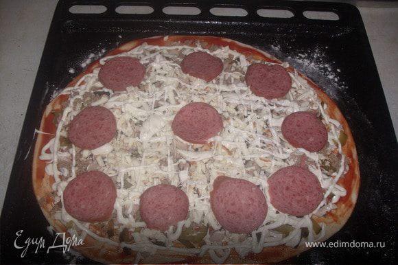 выложить все ингредиенты раскатаное тесто томатный соус лук огурцы колбаса майонез курица фарш майонез сыр за пять минут до готовности