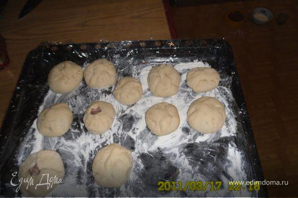 А дальше раскатываем тесто в колбаску,отрезаем одинаковые кусочки, раскатываем их в кружочки, ложим в центр фарш и защепляем, можно оставить в середке отверстие. Я обычно застилаю противень пленкой, присыпаю мукой и ложу на него готовые беляши по порядку.Так не надо их еще расстаивать - пока все доделала - первые уже можно жарить.Пока эти жарятся - другие расстаиваются!