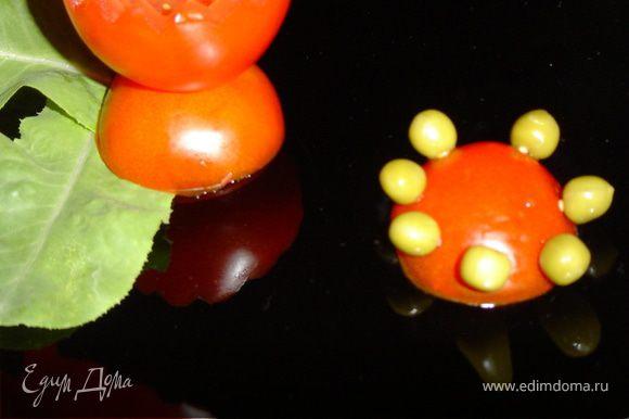 Оставшаяся часть помидора будет служить подставкой, к которой с помощью зубочисток прикрепите горошины.