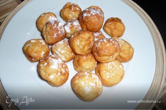 Готовые шарики выложить на блюдо, посыпать сахарной пудрой. Приятного аппетита!