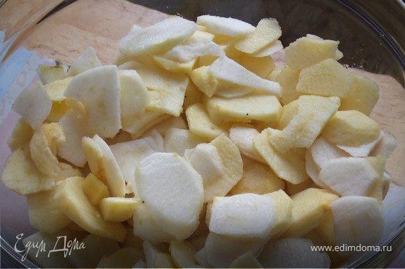 Яблоки помыть, почистить от кожуры, вырезать сердцевину и тонко нарезать.