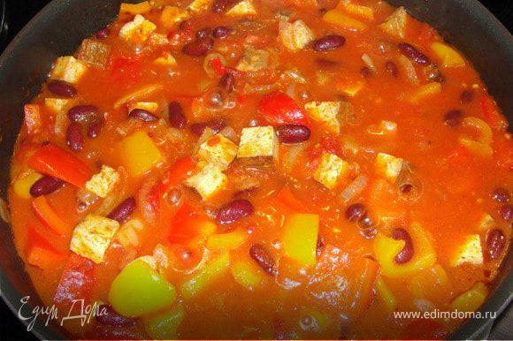 Добавляем томаты. Приправляем сладкой паприкой, кумином, солим и перчим. Тушим 10 минут, после чего выкладываем фасоль и тушим ещё 5 минут. Готово.