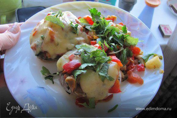 15-20 минут в духовке и наше сочное удовольствие уже на тарелке! Чтобы добавить свежести в блюдо, присыпаем петрушкой и мятой. Приятного аппетита!