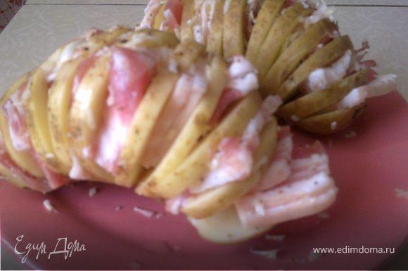 Пластинки грудинки вставить между ломтиками картошки.Затем картошку смазать майонезом и сбрызнуть маслом. Заворачиваем в фольгу, и в духовку на 30 минут при t 160 градусов!!!