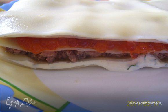 Лазанью отварить в большом количестве воды, промыть. Сыр смешать с измельченной зеленью укропа. Лист лазаньи уложить на блюдо, щедро смазать сыром. Укрываем вторым листом. Далее - тунец, укрываем. Третий слой - красная икра.