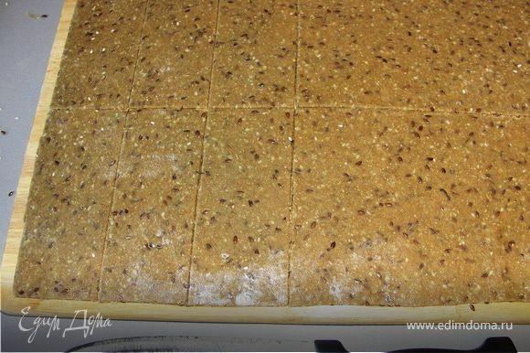Вдохновившись фото я тоже решила испечь хлебцы прямоугольной формы.На этот раз кунжут и тмин добавила в тесто))Раскатывала так...на весь периметр доски..потом на 12 частей.Очень удобно.Тесто пластичное.Раскатать можно тонко и при этом не переворачивать корж.