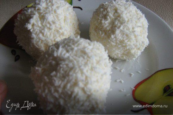 Замерзшие шарики обвалять в крахмале, обмакнуть в белок и затем в кокосовую стружку. Шарики снова поставить в морозильник на 20-30 мин.