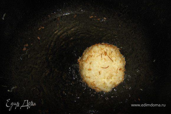 Панированные шарики мороженого обжарить в разогретом фритюре до золотистого цвета, 3–5 сек.
