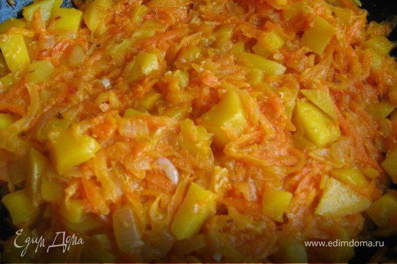 В сковороде хорошо разогреть раст.масло,лук очистить,мелко нарезать,жарить до золотистого цвета,добавить очищенную и натёртую на крупной тёрке морковь,жарить с луком помешивая минут 5-6,добавить натёртые на тёрке помидоры(без кожицы),тушить 10-15 минут на слабом огне помешивая,что бы смесь загустела,затем добавить имбирь,чеснок и лимонную цедру,манго очистить от кожицы,нарезать мелкими кубиками,добавить в сковородку вместе с апельсиновым соком,перемешать,и тушить все овощи-фрукты до мягкости,примерно 12-15 минут,посолить по вкусу.Соус готов.