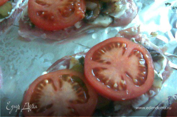 После чего нарезаем помидоры и также выкладываем на мясо.