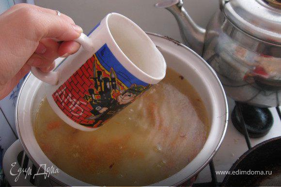 Затем рисово-овощную массу выкладываем в глубокую кастрюлю, заливаем 4 стаканами кипёной вады и варим до полуготовности.