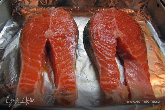 Вымытую рыбу слегка обсушиваем, викладываем на противень на фольгу, смазанную оливковым маслом.