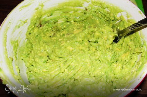 Авокадо разрезать на пополам. Снять кожицу и порезать кубиками. После помять вилкой, добавить лимонного сока.