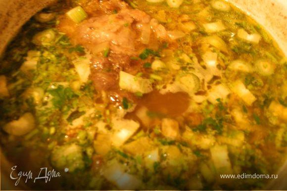 Очистить картофель и порезать кубиками. Посолить суп, добавить картофель, варить 10 мин. Добавить морковку с луком и помидоры и варить еще 10 мин. Добавить зелень и оставить на несколько минут на медленном огне. Суп готов.