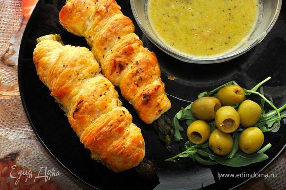 Подаем нашу Пизанскую спаржу с соусом, рукколой и оливками. Это очень вкусно! Просто обмакните спаржу в соус и наслаждайтесь вкусом!