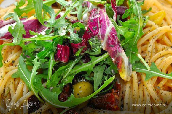 Подаем пасту, украсив сверху смесью тосканских салатов, посыпав перцем и базиликом и небольшим количеством оливкового масла холодного отжима. Это потрясающе вкусно, поверьте! Паста легкая, ароматная с большой палитрой вкусов. Уверен, Вам понравится! Поститесь приятно!