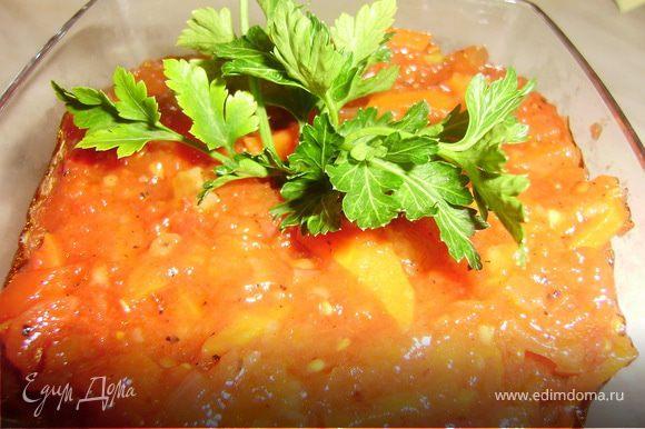 Обжариваем на сковороде лук и морковку до золотистого цвета... Добавляем домашний томат....Щепотку соли, сахар, черный перец (побольше - соус должен получится сладко-острым)..и тушим 10 минут.. Затем добавляем 1 ст.л. муки.. хорошо перемешиваем и тушим до загустения.. И все готово..