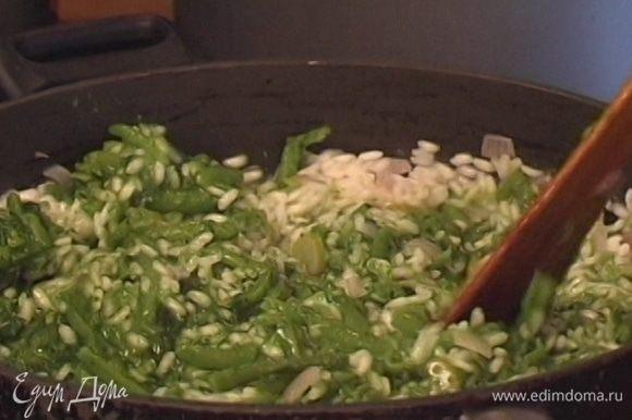 Добавить к рису шпинат, фасоль, мелко нарубленную мяту и оставшееся сливочное масло, посыпать натертым сыром, посолить и поперчить, перемешать и подавать горячим.