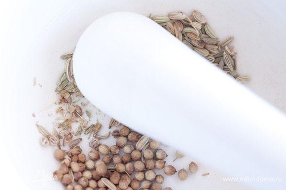 Приготовить заправку: потолочь в ступке тмин, кориандр, соль и перец. Влить оливковое масло и бальзамический уксус, все перемешать.