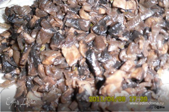 Начинка №3 Разогреть сковороду с раст. маслом(можно добавить немножко сливочного масла - так вкуснее).Порезать лук кубиками и обжарить до легкой золотистости,добавить порезанные шампиньоны и тушить,пока полностью не выпарится жидкость(я немного потушилаю, а потом грибы откинула на друшлаг и жидкость слила в рис).Посолить начинку.