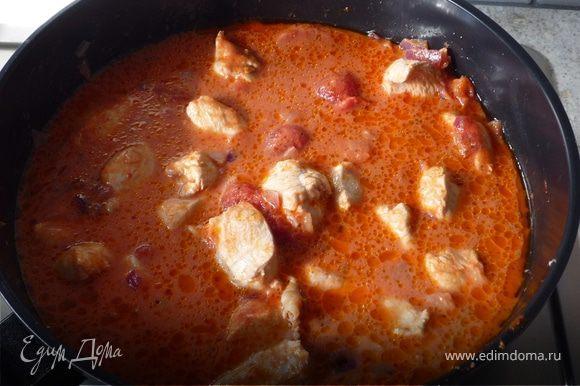 Затем добавить томаты в собственном соку, сливки и куриный бульон и тушить на медленном огне 1,5 часа. В конце от души приправить чили.
