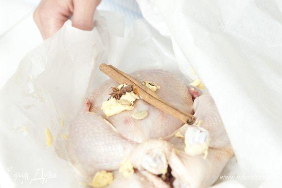 Сделать из бумаги для выпечки карман, поместить в него курицу, всыпать оставшиеся пряности и плотно закрыть карман.