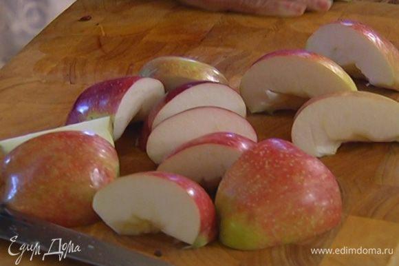 Яблоки нарезать дольками, добавить к луку и обжарить их до полной готовности.