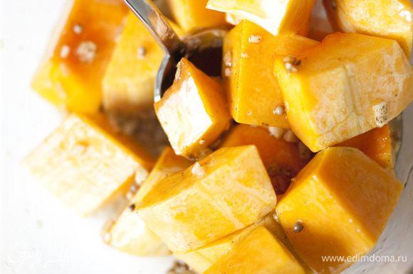 Запекать кусочки тыквы в разогретой духовке 25-30 минут, до золотистого цвета.