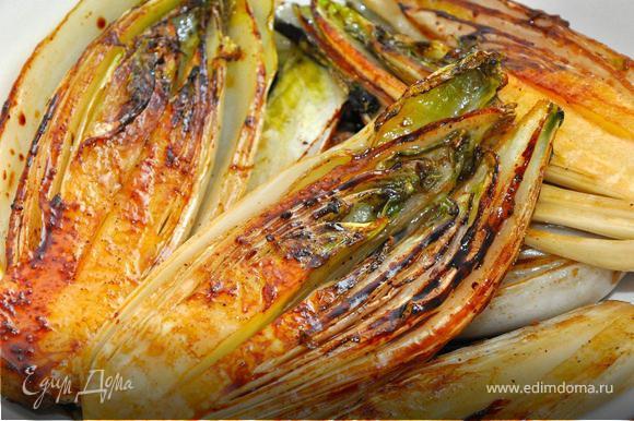 Когда сахар карамелизируется и цикорий приобретет золотисто-коричневый цвет, снимаем со сковородки, и подаем на салатных листьях валерианы, сбрызнув лимонным соком и оливковым маслом. Это потрясающий гарнир к рыбе или просто теплый салат. Неповторимая горчинка цикория в сочетании с сахаром и лимоном делает это блюдо очень вкусным. Не в постные дни добавьте к нему немного пармезана, положите на хрустящий хлеб, налейте бокал белого вина…, и вы будете готовить это постоянно!