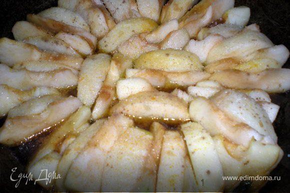 В эту сковороду выкладываем яблоки,сначала дольки кладем широкой стороной вниз,потом 2 слой наоборот,широкой вверх.(можно посыпать корицей)Если яблоки сильно кислые,то сверху посыпать сахаром. Ставим в духовку на 30 мин.при180гр.