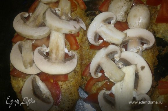 Затем выкладываем его в жароупореую посуду.Помидор нарезаем полукольцами,грибы пластинками.Сыр тонкими пластинками.Сверху на мясо плотно выкладываем помидор,затем грибы,после сыр .Накрываем фольгой и ставим в разогретую до 200 градусов духовку на 20 минут.