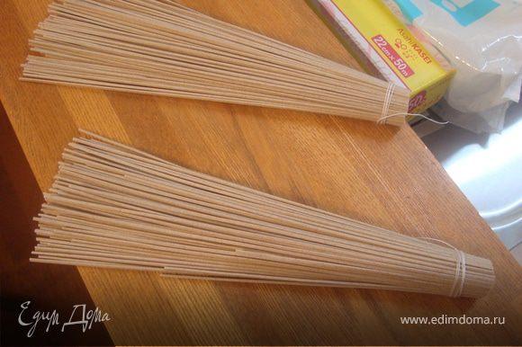Гречневую лапшу разделить порционно по 50 гр и с одного конца обвязать плотно ниткой.