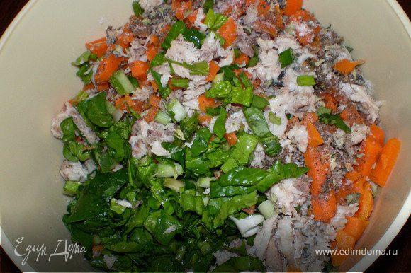 В отдельной посуде смешать нарезанный карась,лук-кинзу,сливы,морковь, шпинат . Добавить соль,перец,чебрец и свежо выжатый лимонный сок. Перемешать (руками)попробовать на вкус.