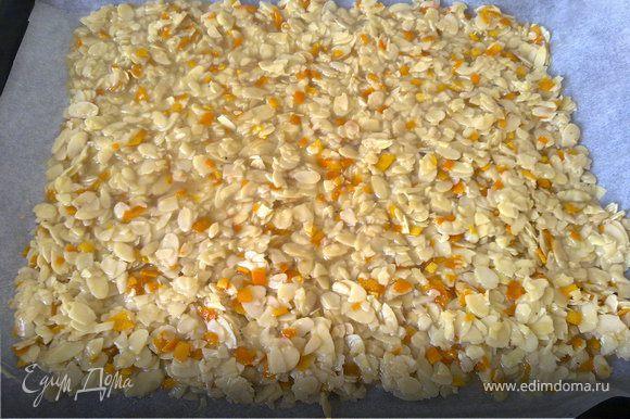 Выложить на противень и выпекать 12-15 мин, пока масса станет золотистого цвета.