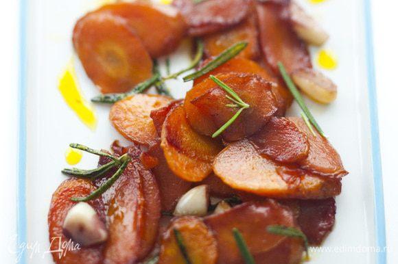 Выложить морковь в салатницу, присыпать оставшимся розмарином и подавать.