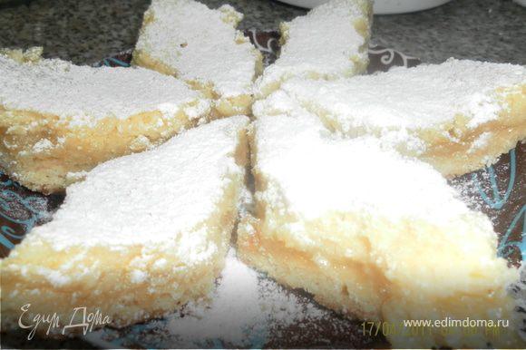 готовому печенью даем остыть в форме,нарезаем кусочками и посыпаем сахарной пудрой.