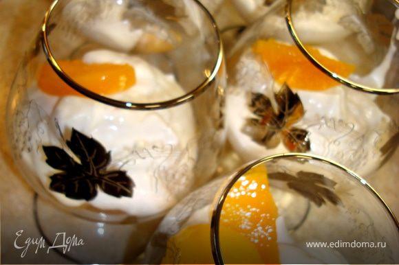 Оставшиеся для украшения персики порезать на тонкие ломтики и украсить наш десерт…