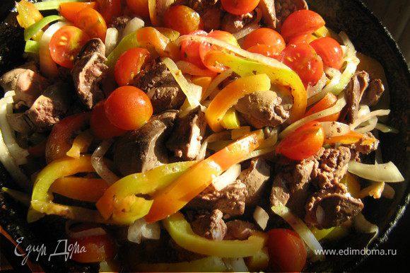 """Куриную печень очистить от прожилок,вымыть,замариновать печень в соевом соусе,лимонном соке и сахаре,поставить мариноваться в холодильник на 15-20 минут.Пока печень маринуется займёмся овощами. Лук очистить и нарезать тонкими полукольцами,перец очистить от плодоножки и семян,нарезать тонкими полосками,помидоры """"черри"""" вымыть,разрезать пополам. В сковороде хорошо разогреть раст.масло.обжарить маринованную печень 2-3 минуты,добавить лук,перец и помидоры,тушить помешивая на небольшом огне минут 15,за 5 минут до готовности посолить по вкусу.Подавать с гарниром или как самостоятельное блюдо на салатном листике"""