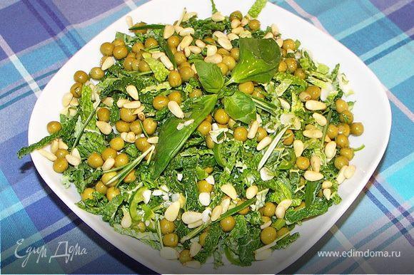 Все компоненты перемешать в салатнике.Посыпать орешками.Полить оливковым маслом.Приятного аппетита:))