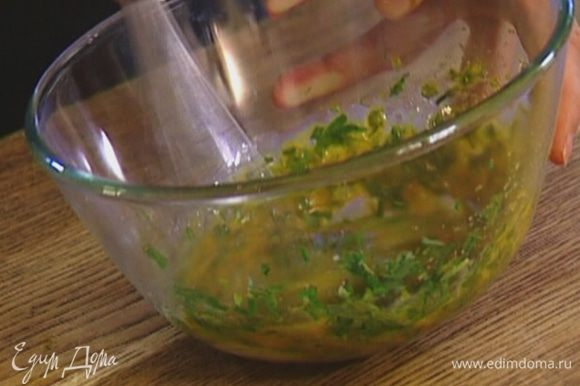 Всю зелень мелко порубить (должны получиться 2 ст. ложки), добавить к желткам, посолить и взбить миксером.