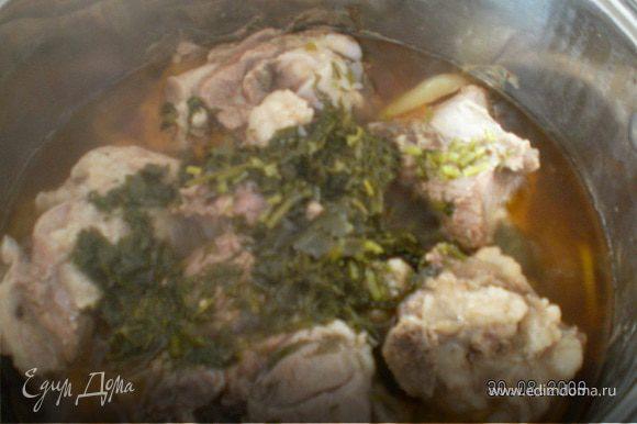 Далее убавить огон,варить 3 часа под плотно закрытой крышкой не перемешивать. Мясо будет варится в овощном соку образовавшемся во время варки(сок появится вовремя варки).Вся жидкость должна выкипеть на половину своего объема и останется совсем чуть-чуть на дне .Варить до готовности. Мясо должно отойти от костей.Мясо получится как на тушенке.