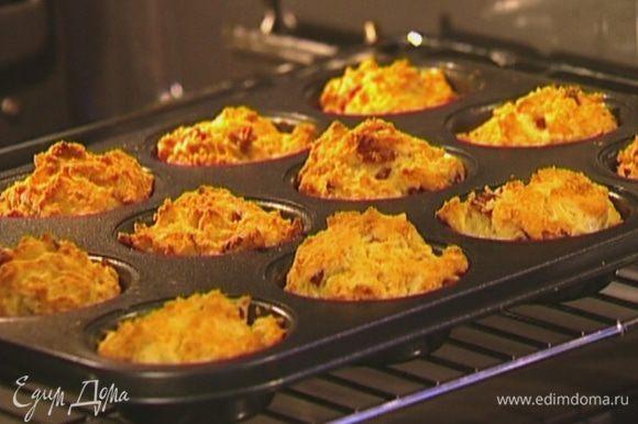 Формочки для маффинов смазать оставшимся сливочным маслом, заполнить тестом на 2/3 объема и отправить в разогретую духовку на 25–30 минут.
