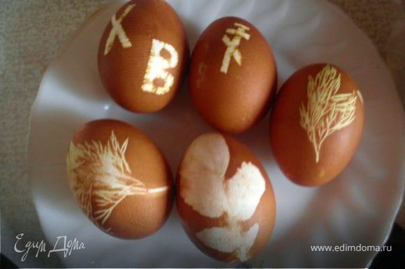 После вытаскиваем из чулков и остужаем. Можно выполнить любой полет фантазии, например сделать яйца в крапинку предварительно обмакнув его в рис.