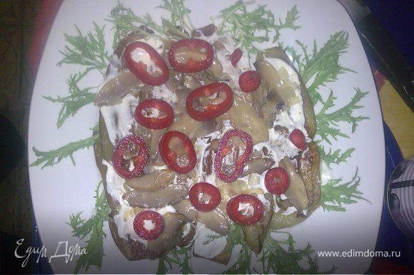 """Первым делом жарим баклажаны и выкладываем на тарелку что-бы остыли. Отдельно жарим грибочки вместе с нашинкованым лучком. Брокколи тоже буквально 5 минут держим в кипящей воде. Нарезаем всё остольное. Как наши баклажанчики немного остыли, начинаем """"строить"""". Выкладываем их на украшеную салатными листьями тарелку и намазываем майонезом (не забудьте посолить баклажаны если любите солёное). Дальше: выкладываем грибы и болгарский перец кольцами."""