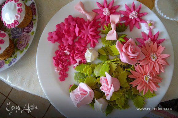 Цветочки я делала из мастики (зефир маршмеллоу + сахарная пудра + краситель)... Кстати это моя вторая работа с мастикой... Первая моя работа здесь: http://www.edimdoma.ru/recipes/16878