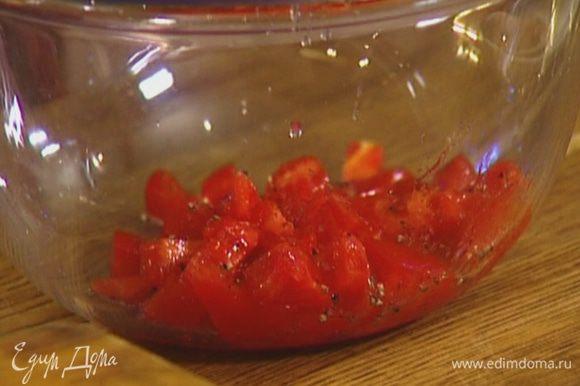 Помидор порезать небольшими кубиками и выложить в глубокую посуду, добавить лимонный сок, посолить, поперчить.